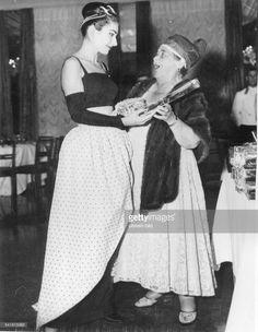 Maria Callas *-+Sängerin, Sopran, USA / Griechenland- Gastgeberin und Klatschkolumnistin ElsaMaxwell, Gastgeberin der 'Party desJahres' zu Ehren der Callas in Venedig,überreicht dieser ein Geschenk- 03.09.57
