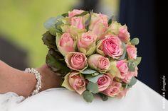 Een bruidsboeket van roze rozen in de hand van de bruid. bruidsboeket, bruid, hand, roos, rozen, roze, roze rozen, bloem, bloemen http://www.rikkemienfotografie.nl/