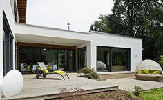 Großflächige Fensterfronten verleihen dem Huber Holzhaus ein modernes Aussehen.