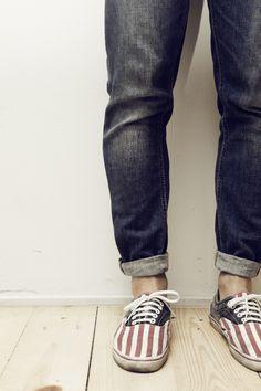 Podría morir! Doblez en el jeans y las zapatillas estampadas con un motivo patriótico!