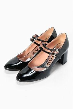 ROCHAS ダブルストラップエナメルヒール6cm  ROCHAS ダブルストラップエナメルヒール6cm 100440 ダブルストラップのエナメルパンプス フェミニンな印象の中にはROCHASらしい大人の女性らしさを感じさせます 6センチヒールで履き心地も ROCHAS(ロシャス) 1925年Marcel Rochasがパリにて創業したレディースファッションブランド シンプルながらシルエットの美しいフェミニンなデザインが特徴 1987年以降はフレグランス事業に力を入れ一時アパレル部門は衰退しましたが2008年からクリエイティブディレクターにVERSACEやHALSTONでのキャリアを持つMarco Zaniniを呼び再びスタートしました 現在ではパリプレタポルテコレクションで新作発表をしている世界的人気ブランドです