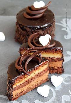 Mini torturi de ciocolata (mini chocolate cake with tutorial) Fancy Desserts, Just Desserts, Delicious Desserts, Yummy Food, Yummy Yummy, Mini Chocolate Cake, Chocolate Desserts, Italian Chocolate, Sweet Recipes