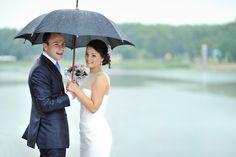 Die große Unbekannte bei jeder #Hochzeit ist das Wetter. Obwohl Hochzeiten im Sommer aufgrund der Wetterlage in der Regel beliebter sind, kann auch bei einer #Outdoor-Hochzeit im Juni einiges schiefgehen, wenn auf einmal ein Sommer-Gewitter losbricht. Egal zu welcher Jahreszeit Sie feiern, am besten ist es für den Fall der Fälle gerüstet zu sein, damit am schönsten Tag im Leben das #Wetter eigentlich völlig gleich ist.