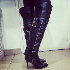 Soyez Irrésistible & Glamours @osmose_shoes paris avec ces cuissardes femme noires à bout légèrement pointues. On craque pour son style glamours & couture  en cuir Zip argent et boucle à talon. Les cuissardes s'enfilent grâce au zip situé sur la partie intérieur de la botte pour épouser parfaitement votre jambe.  Une cambrure au top pour assurer une démarche sexy & trend pendant des heures et à toute occasion :)