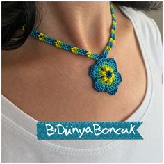 Colgante Crochet Necklace, Beaded Necklace, Beaded Bracelets, African Beads Necklace, Handmade Beaded Jewelry, Peyote Patterns, Beading Projects, Fabric Jewelry, Crochet Accessories