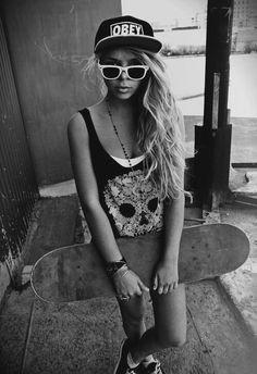 Girls that skate Urban Fashion, Teen Fashion, Womens Fashion, Beach Fashion, Skate Longboard, Longboard Cruising, Skater Girl Style, Skate Girl, Skater Girls