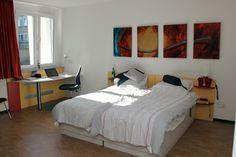 So sieht es in den Zimmern der Bildungsherberge der FernUni Hagen aus. Ein Schreibtisch gehört da natürlich zur Pflichtausstattung.