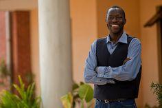 El idioma del corazón - El Dr. Andy Aló es la tercera generación de su familia en tener acceso a la Biblia en su lengua materna. Ahora es profesor de traducción de la Biblia en AIU en Nairobi, Kenia. Reflexiona sobre la importancia de su lengua materna, y cómo Dios lo llamó a servir en la traducción de la Biblia.
