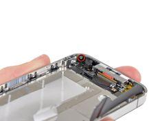 4. Retire el tornillo Phillips de 1,5 mm cerca del micrófono inferior.