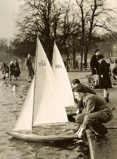 Photos via Clapham Model Yacht Club © of Francis Firth Pond yachts are model wooden sailboats built for racing. They were popularised b. Model Sailing Ships, Model Ships, Wooden Sailboat, Boat Fashion, Water Pond, Small Boats, Tall Ships, Boat Building, Old Photos