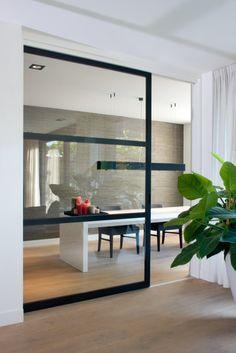Stalen deuren tussen keuken en woonkamer. | Belgian style..Styl ...