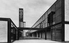 Alison & Peter Smithson, Hunstanton School, Norfolk, England, 1949-54, użycie najgorszych materiałów, pomieszczczenia przypominające magazyny, klasyczny plan, prosta struktura, siatka ortogonalna, szczerość formy, czystość materiałów, przypadkowe rozmieszczenie okien, konstrukcja nieukryta, widoczne instalacje, nie nadawał się do eksploatacji: defekty przeszklenia, straty cieplne, pogłos, koszty konserwacji,