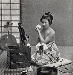 Scenes of old Japan: A collection of photos taken over a century ago - Woman applying make up Japanese History, Japanese Beauty, Japanese Culture, Asian History, Japanese Photography, Vintage Photography, Japan Kultur, Cultures Du Monde, Geisha Art