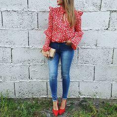 Que bonita es esta blusa ❤  @chollomoda   Usando el código IVANO tienen el 21% de descuento🎊  Jeans @mango (outlet)  Zapatos @cosasdeanamoda.es   Bolso @zara (old)    A por la tarde!  #ootd#lookoftheday #instablogger #streetstyle #trend