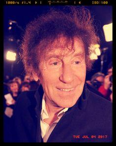 Alain Souchon est un auteur-compositeur-interprète et acteur français né le 27 mai 1944 à Casablanca au Maroc. Figure majeure de la chanson française depuis les années 1970 sa carrière est notamment marquée par sa collaboration avec Laurent Voulzy entamée en 1974. Il a vendu plus de 5 millions de disques dans le monde. Alain Souchon est l'un des artistes les plus récompensés aux Victoires de la musique avec 9 trophées gagnés depuis 1986.  #FLE #AFMX #AllianceFrançaise #français…