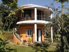 Round house room bealding - Picture of Hidden Paradise Guest House, Pokhara - Tripadvisor Villa Design, House Design, Round House Plans, Circle House, Silo House, Hillside House, Curved Walls, Dome House, Unusual Homes