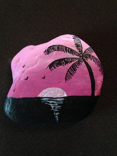 Belle rose coucher de soleil peint à la main roche de rivière avec palmier et mouettes. Mesures : 4 x 4 x 1 Rock Painting Patterns, Rock Painting Ideas Easy, Rock Painting Designs, Paint Designs, Painted River Rocks, Painted Rocks Craft, Hand Painted Rocks, Pebble Painting, Pebble Art