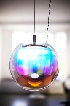 美しすぎる!ハンドメイドの吹きガラスで作られた虹のランプ『IRIS』   IDEA HACK