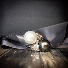 Anello con perla australiana e perla Tahiti. Oro bianco e brillanti,