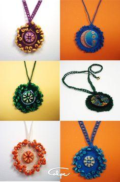 Colgantes de crochet con botónes pintados a mano. http://calpearts.blogspot.com.es/p/colgantes.html