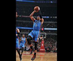 Russell Westbrook de la Oklahoma City Thunder aruncă la coș în timpul meciului împotriva Chicago Bulls în data de 5 martie, la United Center în Chicago.  Sursat: Randy Belice/NBAE/Getty Images via NBA