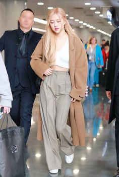 Find images and videos about kpop, rose and blackpink on We Heart It - the app to get lost in what you love. Blackpink Outfits, Kpop Fashion Outfits, Tumblr Outfits, Korean Outfits, Casual Outfits, Korean Airport Fashion, Korean Fashion, Blackpink Fashion, Fashion Looks