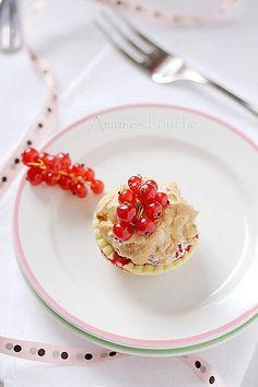 mini meringue pies with currants