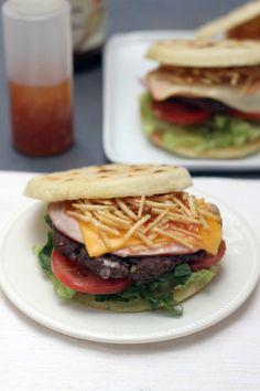 Arepa Burger  #comidacolombiana #hamburguesas #arepas #colombianfood Latin American Food, Latin Food, Recetas Puertorriqueñas, Colombian Food, Comida Latina, Love Eat, Deli, Sandwiches, Yummy Food