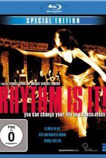 """Rhythm Is It! (2004) Rytm to jest to! 28 stycznia 2003 r. Berlin, przemysłowa dzielnica Treptow. Była zajezdnia autobusowa. Dwustu pięździesięciu uczniów z dwudziestu pięciu krajów tańczy do """"Święta wiosny"""" Strawińskiego. Akompaniuje orkiestra Filharmonii Berlińskiej pod batutą charyzmatycznego Sir Simona Rattle'a.     Niezwykłe wydarzenia poprzedziły trzymiesięczne próby pod opieką brytyjskiego choreografa Roystona Maldooma. Dokument rejestruje kolejne etapy tego fascynującego eksperymentu."""