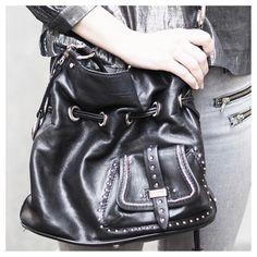 """[Mode/Adresses] Aujourd'hui je partage avec vous des conseils pour vos tenues de Noël ! Rendez-vous dans """"Noël en vintage"""" sur le blog !  Rdv ici > http://alchimie.paris/noel-en-vintage/ ou ici > http://alchimie.paris/  #christmas #look #ootd #fashion #news #advice #silver #vintagestyle #vintage #ootd #style #parisian #bag #lancel"""
