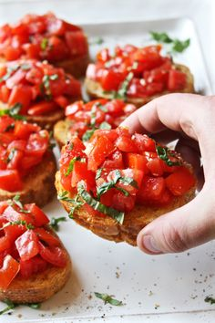 Bruschetta - Simple, fresh, and seriously amazing. This is the best bruschetta I've ever had! Homemade Bruschetta, Tomato Bruschetta, Bruschetta Recipe Balsamic, Light Appetizers, Appetizer Recipes, Vegan Appetizers, Cooking Recipes, Healthy Recipes, Spinach Recipes