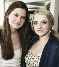 Harry Potter actresses Evanna Lynch (Right) and Bonnie Wright. Harry Potter Girl, Harry Potter Books, Harry Potter Characters, Harry Potter Memes, Ginny Weasly, Evanna Lynch, Bonnie Wright, Por Tv, Actresses