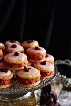 Fiacskám egyik kedvenc süteménye a puncstorta. Tortázni most nem volt kedvem de, hogy tegyek a kénye-ke... Hungarian Recipes, Mini Cupcakes, Doughnut, Food To Make, Tart, Muffin, Cheesecake, Sweets, Cookies