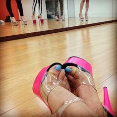 """321bitchees:  私達にとって無くてはならない、クリアヒール。    足を綺麗に魅せ、姿勢を良くしてくれる相棒です。    GOGODANCERだって、何なら裸足で踊った方が体力の消耗も少ないです。   でも、普段は履かないような高さのヒールを履いて、女性の体のラインの美しさをキープしながら、美しく可憐に、セクシーにパワフルにステージでパフォーマンスする為日々努力してるんです。    だから、このクリアヒールは私達にとっては、ある意味プライドの現れなのかも。    お水のお姉様が""""髪の毛の盛り具合にプライド比例する""""と言っていたのを思い出した。   だから21日は出来るだけ多くの方に会場に足を運んでいただけたら嬉しいです     今日も汗だく‼   #burlesque #グループ練習 wit @yumena1007 @nakaaya @hypemeguri1 @yuri   #pleaser #clearheel #pride #shoeaddict #靴好きの戯言"""