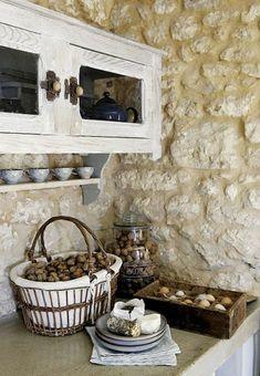 mur en fausse pierre dans la cuisine rustique
