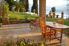 portico coperto Varenna Lake Como, House On A Hill, Outdoor Furniture Sets, Outdoor Decor, Small Apartments, Ground Floor, Castle, Italy, Mountains
