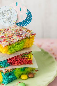 Papageienkuchen Colorful cakes are well received on every birthday party, but not only children love our parrot cake. With a breezy dough in many bright colors and a delicious frosting this cake convinces all along the line. Baby Food Recipes, Baking Recipes, Cake Recipes, Mallorca Bread, Colorful Cakes, Vegetable Drinks, Food And Drink, Tasty, Sweet