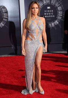 Le look de Jennifer Lopez sur le tapis rouge des MTV Video Music Awards: Jennifer Lopez en Charbel Zoe.  © Abaca
