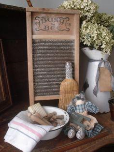 Primitive laundry room gathering. Una estupenda taja de lavar con un lebrillo de porcelana y pinzas antiguas. ¡Un espumoso abrazo espumitas y nos vemos en el siguiente pin!