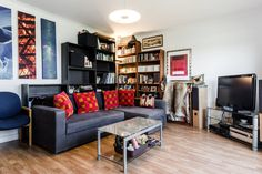 A bright and beautiful 2 bedroom flat in trendy East London - close to Shoreditch, Dalston and Angel. Only 8 mins walk to Haggerston station and 15 mins to Angel. The flat is located in a modern block with all the amenities you could want.