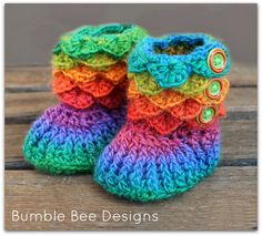 Crochet Baby Shoes Rainbow Crocodile Stitch Crochet Booties Pattern - Would you like to know how to crocodile stitch crochet? We have a video to show you how plus lots of adorable patterns including booties and slippers. Crochet Booties Pattern, Crochet Baby Mittens, Crochet Baby Blanket Beginner, Crochet Baby Boots, Crochet Baby Clothes, Crochet Slippers, Baby Knitting, Crochet For Kids, Crochet Crafts
