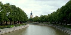Aurajoki Turku virtaa kaupungin lävitse, luoden yhden maan idyllisimmistä kansallismaisemista, jonka varrelta löytyy nähtävyyksiä, jokiristeilyjä, ja ravintolalaivoja.