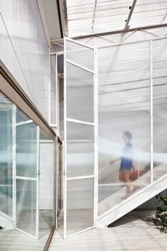 Seasonless House by Casos de Casas Cellular polycarbonate panelling – a type of corrugated plastic with strong insulating properties. Loft Industrial, Door Dividers, Corrugated Plastic, Patio Interior, Spanish House, Textured Wallpaper, Office Interiors, Wood Paneling, Windows And Doors