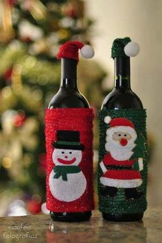 Easy DIY Dollar Store Christmas Decorating Ideas for Living Room - Wine Bottle Crafts Christmas Glasses, Christmas Wine Bottles, Simple Christmas, Christmas Holidays, Christmas Ornaments, Christmas Projects, Holiday Crafts, Holiday Decor, Beer Crafts