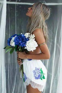 """""""""""Ganz in Weiß mit einem Blumenstrauß so siehst du in meinen schönsten Träumen aus. Ganz verliebt schaust du mich strahlend an. Es gibt nichts mehr was uns beide trennen kann. Ganz in Weiß so gehst du neben mir und die Liebe lacht aus jedem Blick von Dir.."""" இڿڰۣ- https://www.youtube.com/watch?v=eEgLmwI9yz8 ♥♫"""
