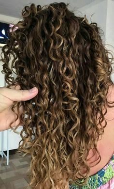 Do you like your wavy hair and do not change it for anything? But it's not always easy to put your curls in value … Need some hairstyle ideas to magnify your wavy hair? Highlights Curly Hair, Ombre Curly Hair, Colored Curly Hair, Long Curly Hair, Curly Hair Styles, Natural Hair Styles, Curly Balayage Hair, Wavy Hair, Red Balayage