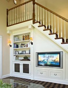 TV embaixo da escada