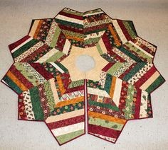 Christmas Tree Skirt Quilted and String Pieced, Royal Holiday fabric by Deb… Christmas Print, Diy Christmas Ornaments, Christmas Projects, Christmas Stockings, Christmas Tree Skirts Patterns, Quilting Projects, Quilting Tips, Jelly Roll Patterns, Fabric Stars