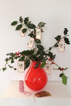 Your Easy Mini Christmas Tree. Vintage look gift tags for mini Christmas tree. More inspiration on Livingcolourstyle.com