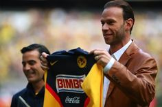 MEXICO, CITY, MEXICO - OCTOBER 25: America's Luis Roberto Alves ZAGUE maximum scorer of the equipment recibio a recognition during their match in the 2009 Opening tournament, the closing stage of the Mexican Football League, at the Azteca Stadium on October 25, 2009 in Mexico City, Mexico. (Photo by Francisco Estrada/Jam Media/LatinContent/Getty Images)